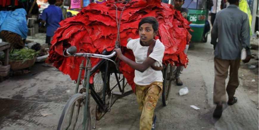 niños trabajando en la industria del cuero